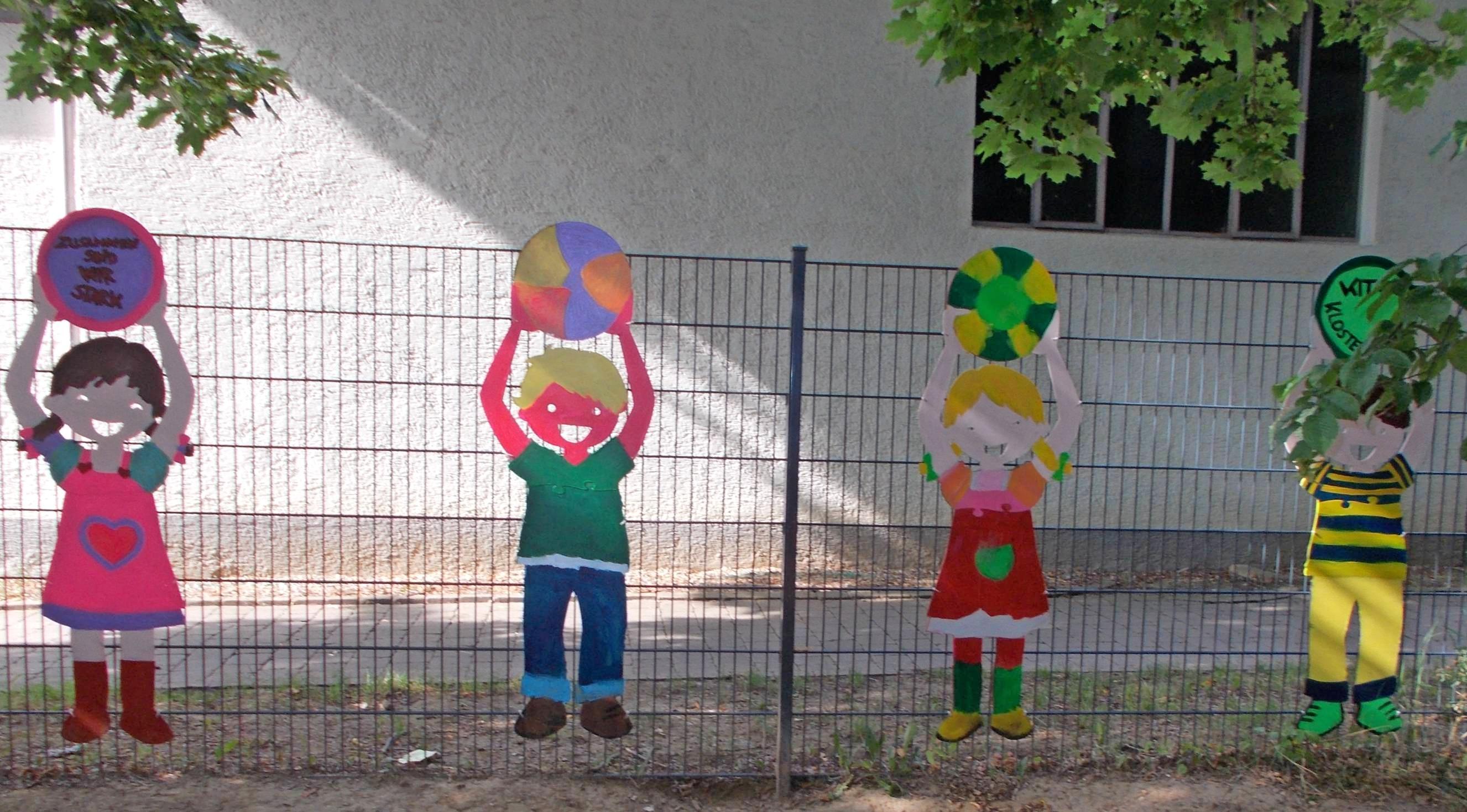 Die Kinder der Kita Klostergraben haben ihren Gartenzaun mit selbst bemalten Holzfiguren verschönert. Foto: privat