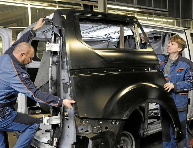 Auch größere Unfallschäden an der Karosserie beheben die Karosseriemechaniker Björn Jörs (li.) und Frederik Timm aus dem Team von Paulsen & Thoms. FOTO: KST