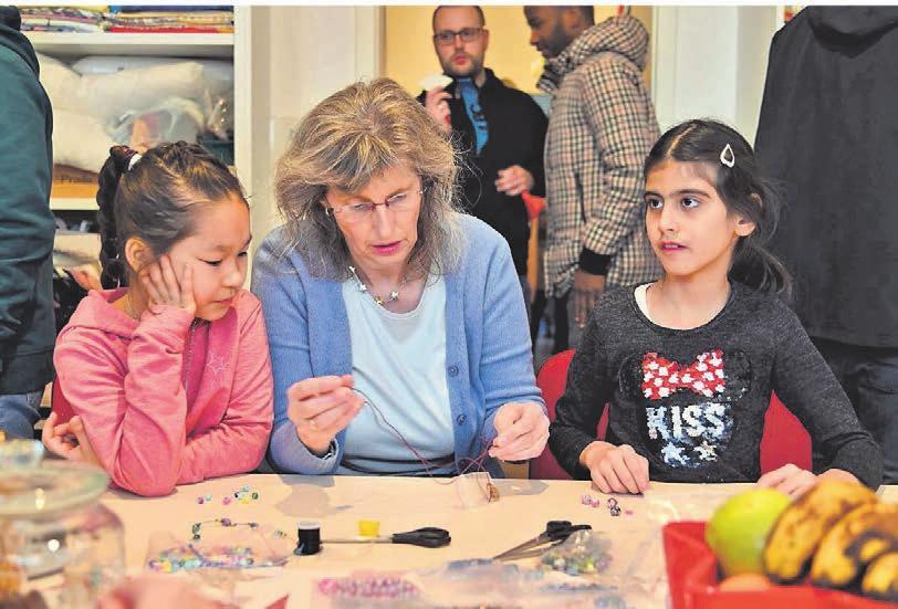 Hatten gemeinsam viel Spaß beim Basteln von Freundschaftsarmbändern bei der Eröffnungsfeier der neuen Räume der Flüchtlingshilfe (v.l.): Gholami (7), Rosi Prigge und Sara (9). Fotos (2): Stefan Fries