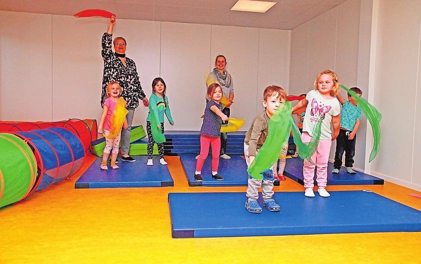 Sporteln mit den Kindern im Mehrzweckraum: Katja Stephan (links) und Cindy Kilian. FOTO: ELIG