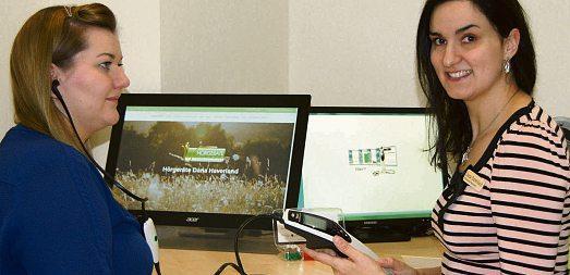 Dana Haverland (rechts) und ihre Mitarbeiterin, die Hörgeräte-Akustikerin Imke Fritz, demonstrieren die Tympanometrie, ein modernes, objektives Messverfahren.