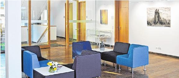 Rathaus-Foyer und Dienst- bzw. Versammlungsräume vermitteln Wohlfühl-Atmosphäre.