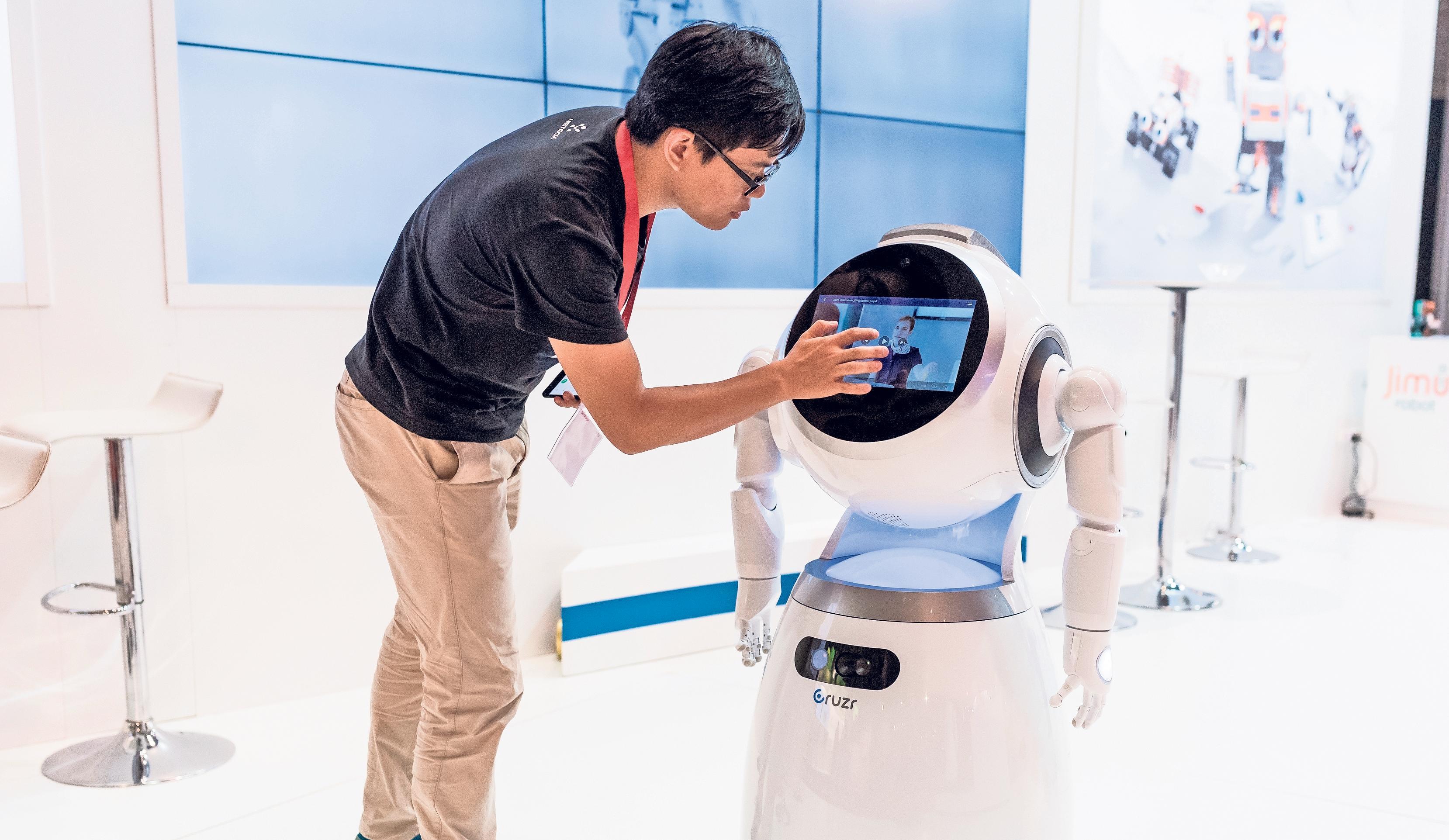 Einen Roboterassistenten entwickeln, bauen, programmieren und warten: Das gehört zu den Aufgaben von Spezialisten für autonome Systeme und Robotik. Foto: Alexander Heinl/dpa-tmn