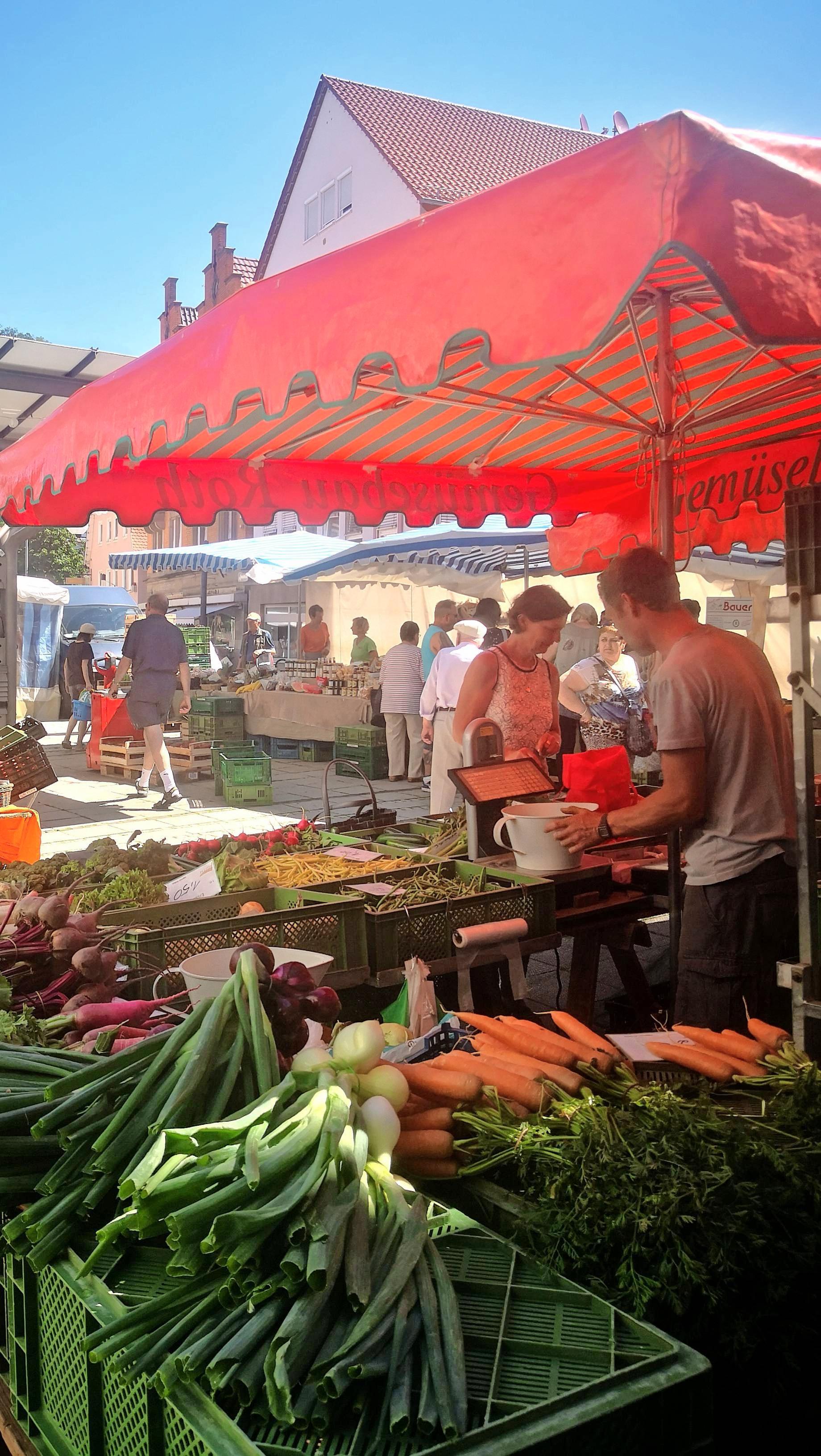 Frisches Obst, Gemüse und mehr bietet der Künzelsauer Wochenmarkt.