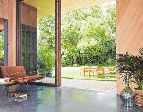 Die großen Glaselemente sorgen für Transparenz, lichtdurchflutete Räume und den freien Blick ins Grüne.