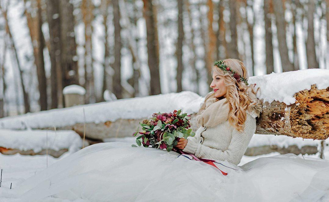 Ja-Wort im Schnee: Winterhochzeiten werden mit ihrer besonders besinnlichen Atmosphäre immer beliebter. Bild: djd/Henkell Freixenet/iStockphoto/wolfhound911