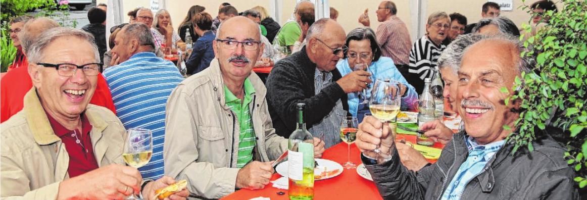In Retzbach herrscht beim Straßenweinfest beste Stimmung unter den Besuchern.