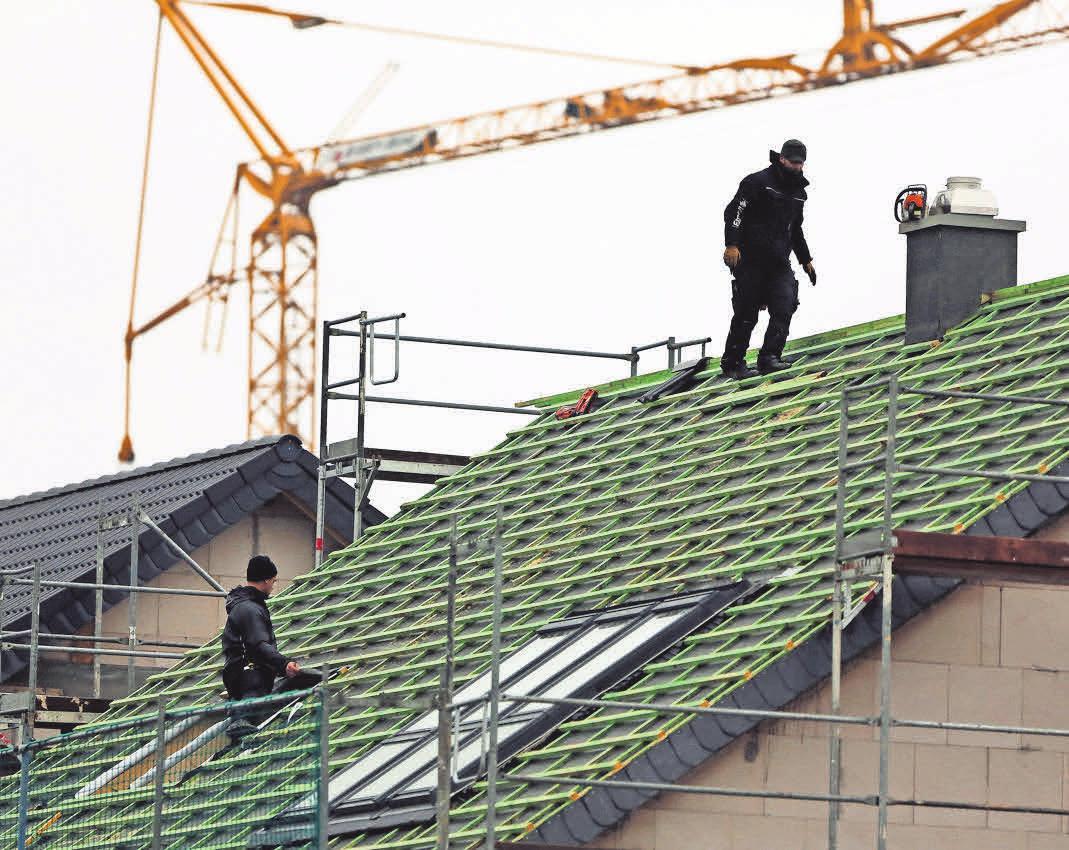 Moderne Dachdecker verfügen über eine breite Fachkompetenz – auch in der Zimmerei. FOTO: DPA