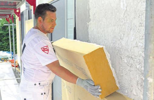 Langlebig und robust: Holzfaser-Dämmplatten geben der Fassade des renovierten Eigenheims wirtschaftlichen und wertbeständigen Schutz vor allen äußeren Einflüssen. Foto: djd/steico.com