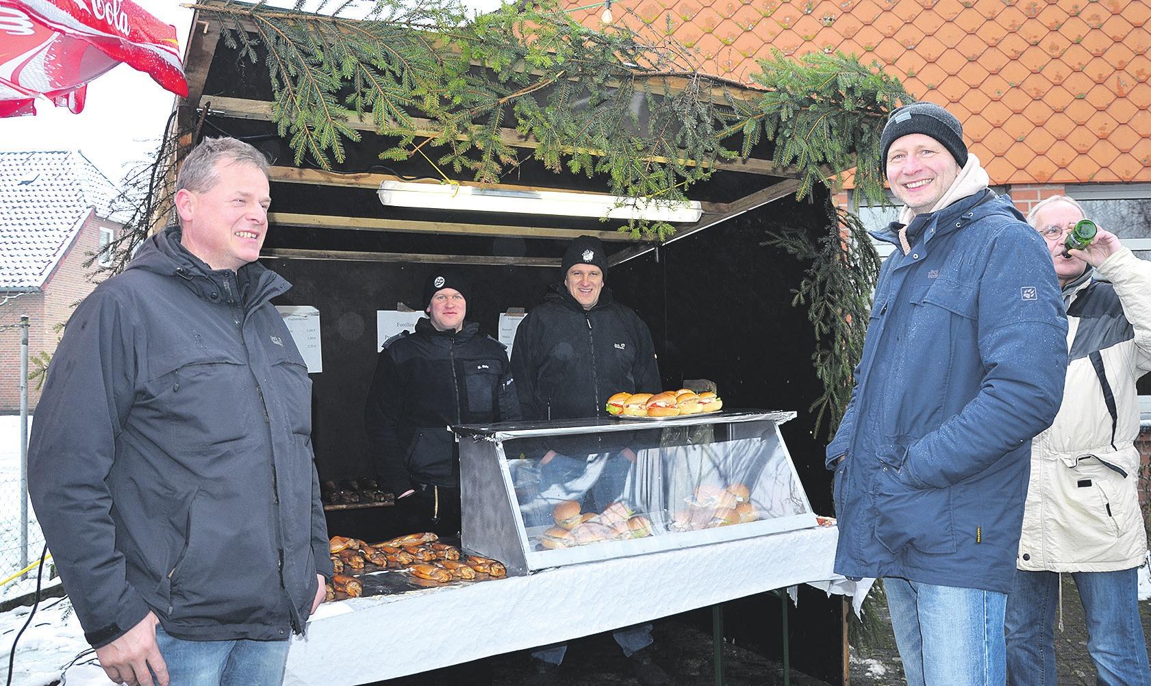 Die Fischbude der Feuerwehrleute darf in Eversen nicht fehlen. Archivfoto: Alexiou