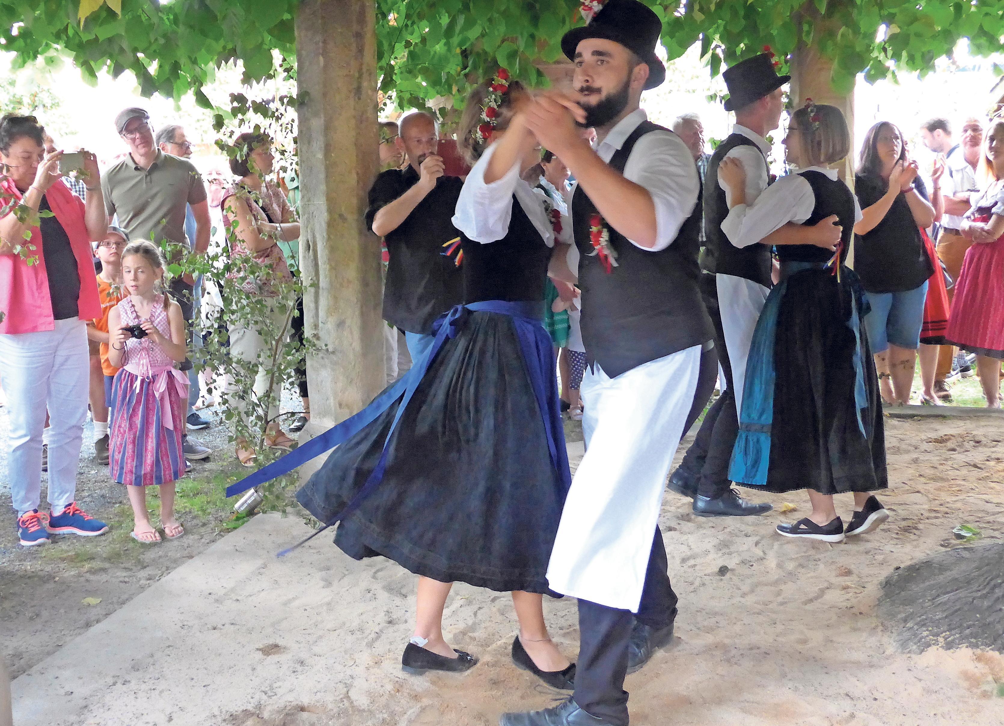Nach alter Tradition tanzen die vier Platzpaare unter der Limmersdorfer Linde. Foto: Heike Schwandt