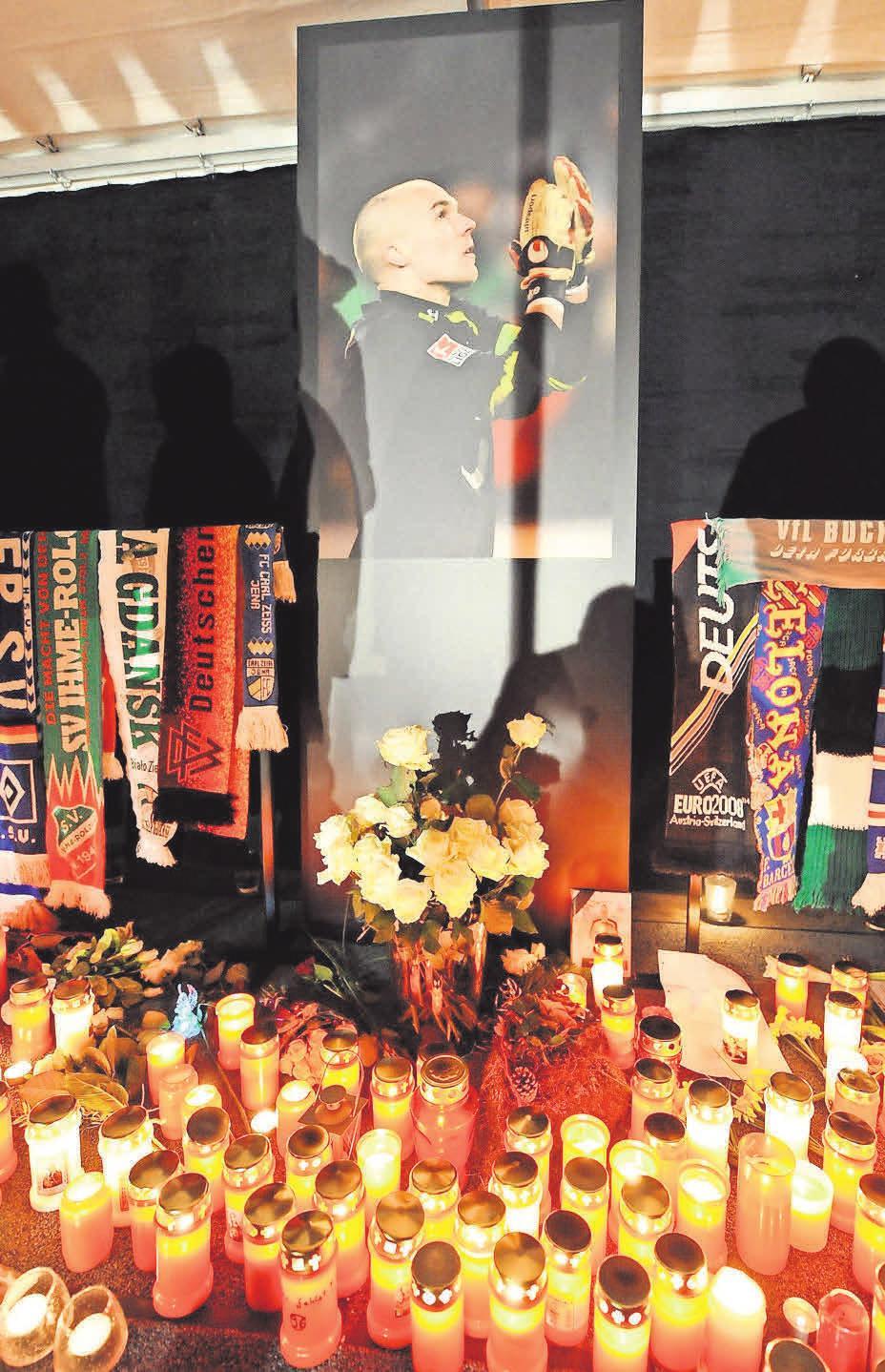 Es werde Licht: Trauerkerzen für den verstorbenen Torhüter Robert Enke stehen in einem Zelt vor der 96-Arena. Bei der Trauerfeier waren mehr als 35 000 Menschen im Stadion, am Fernseher schauten rund sieben Millionen live zu.