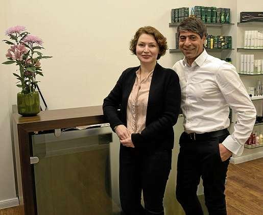 Suna Yilmaz und Erdinç Polat von Façon Coiffeur wünschen frohe Weihnachten. FOTO: FSCH