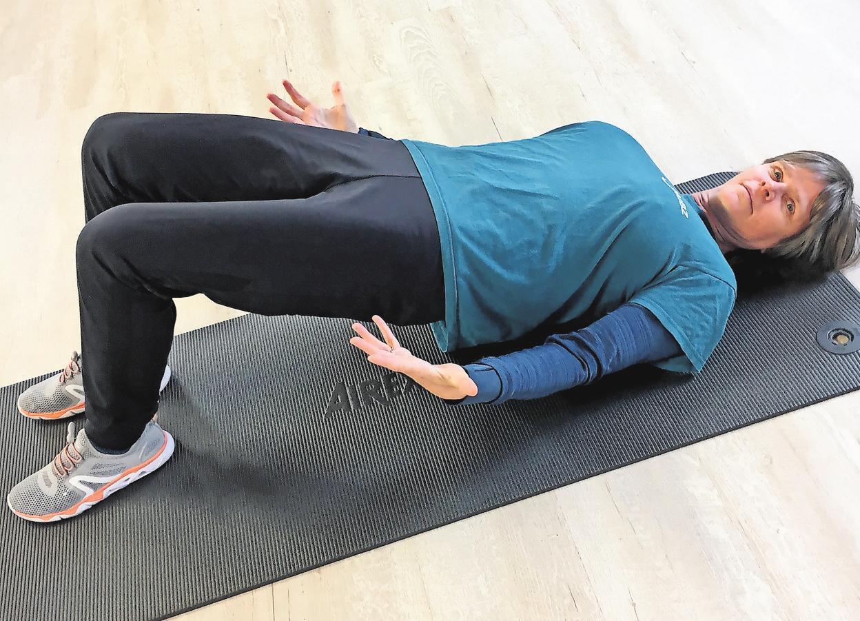 Pausenübung Nummer zwei: Auf diese Weise wird auch die Rückenmuskulatur beansprucht. FOTOS (3): WERNER GESKE