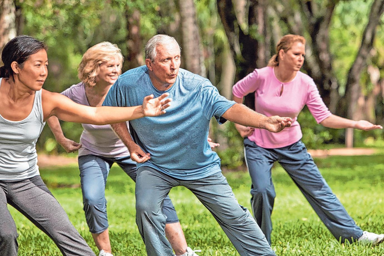 Dank der fließenden Bewegungsabläufe ist Tai-Chi auch für ältere Arthrose-Patienten gut geeignet Foto: djd/Sanofi/Getty