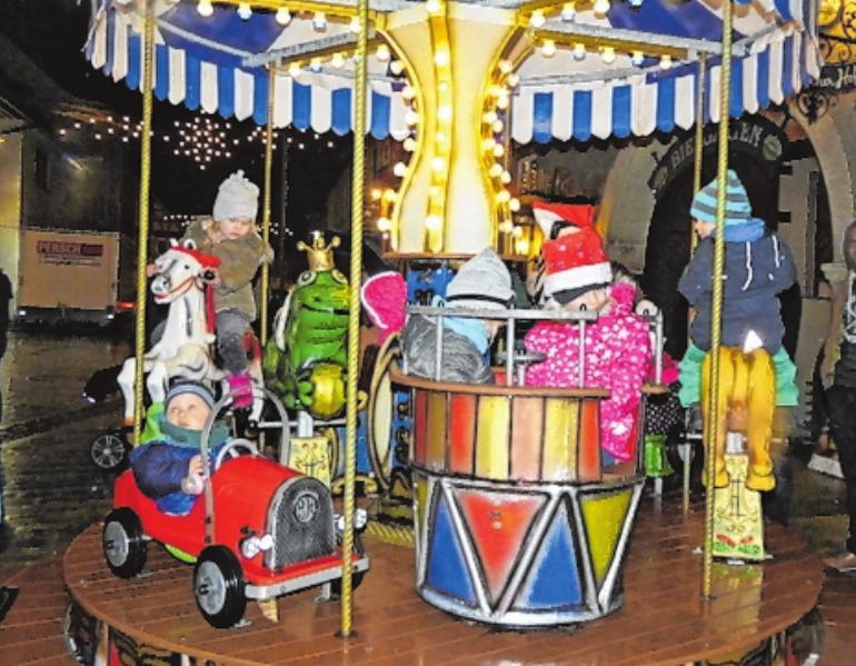 Das Nostalgiekarussell zog die kleinsten Besucher geradezu magisch an. FOTO: SABRINA BUCHINGER
