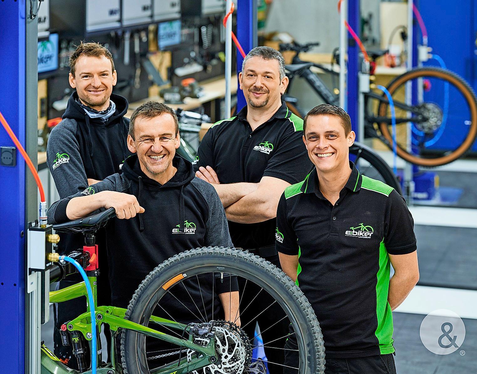 Auf Herz und Nieren prüfen die Zweiradmechaniker Wolfgang Mayer, Peter Mika, Tilo Vogelbacher und Samuel Miss (von links) in der gläsernen Werkstatt die Bikes. KOMMUNIKATION UND DESIGN WALDSHUT