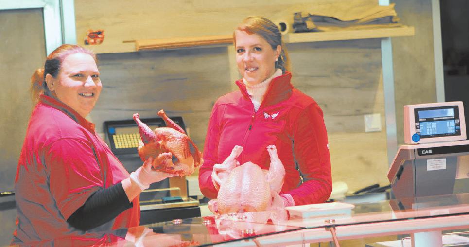 Frisches Geflügel aus eigener Haltung wird im Hofladen verkauft.