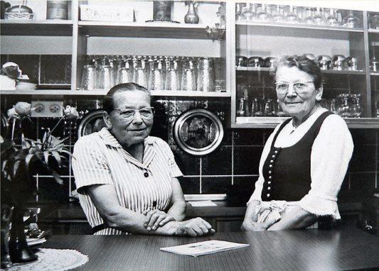 Generationen von Studenten und Professoren fanden den Weg ins legendäre Bergcafé auf dem Reustener Kirchberg, um sich von den Schwestern Marie und Sophie Haupt bewirten zu lassen, zu diskutieren oder einfach ein Schwätzle zu halten.