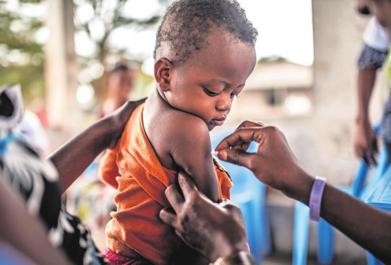 GESUNDHEITInteressiert, aber gelassen beobachtet Suriya die Impfung gegen Gelbfieber. In der Demokratischen Republik Kongo liegt die Wahrscheinlichkeit, dass ein Kind vor seinem fünften Lebensjahr gegen Diphtherie, Tetanus und Keuchhusten geimpft wird, heute bei 81 Prozent – vor 20 Jahren waren es nur 25 Prozent.