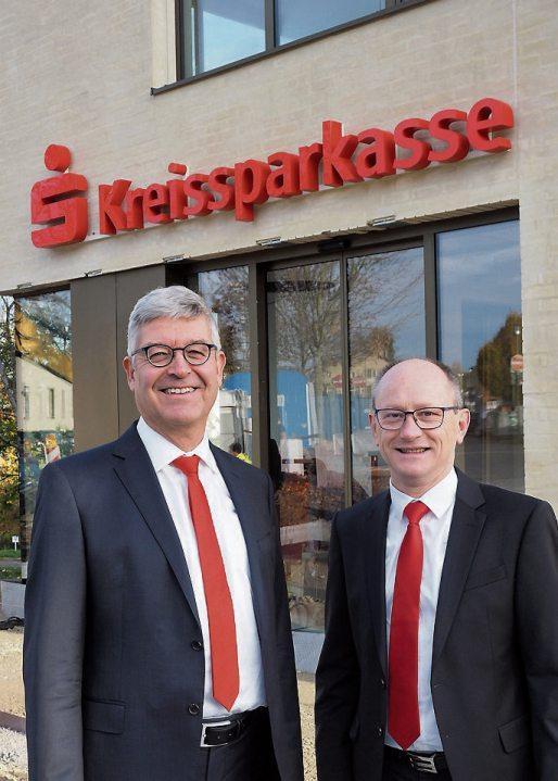 Dr. Christoph Gögler, Vorstandsvorsitzender der Kreissparkasse Tübingen (links), und Vorstandsmitglied Hans Lamparter vor dem Haupteingang der neuen Regionaldirektion Rottenburg. Bilder: Karl-Heinz Kuball