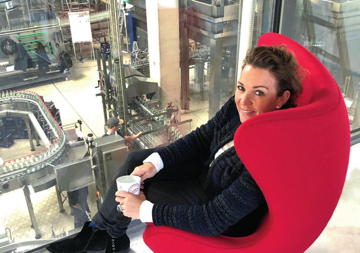 Seit 2001 lenkt Gaby Gaßmann die Geschicke der Firma Magnus Mineralbrunnen. Sie hat den Flaschen – Glas ist Trumpf – und der Marke ein eigenes Design gegeben: Die grauen Blubberblasen stehen für Heimat, die blauen für den Norden, die roten für die Liebe. Fotos: Magnus
