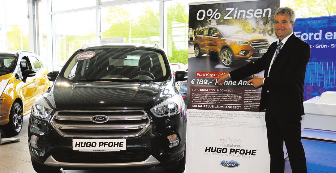 Torsten Weitz, Geschäftsführer des Hugo-Pfohe-Autohauses in Norderstedt, ist begeistert von der hervorragend günstig zu finanzierenden Geburtstags-Edition des Ford Kuga Foto: Rahn