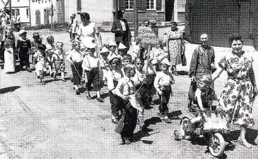 Beim Kinderfest 1952 in Vöhringen. Bild: Gemeinde Vöhringen