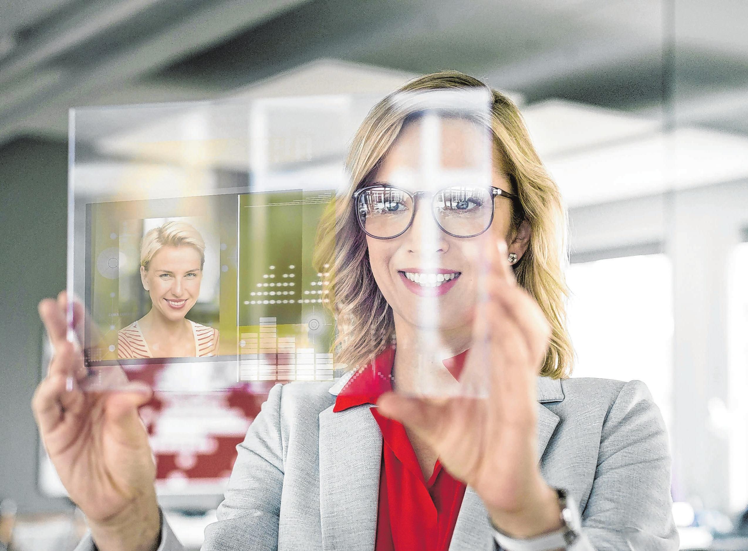 Digitale Business-Netzwerke machen es möglich: Schon vor dem ersten Gespräch können Personaler das Business-Profil von Kandidaten im Netz prüfen. Foto: Peter Scholl/dpa-mag