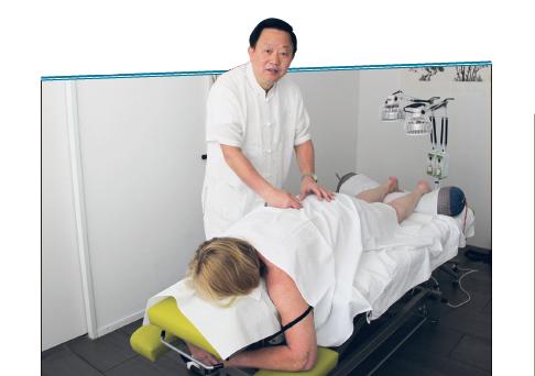 Dr. Runming Yu bei der Tuina-Massage. Bild: Carolin Frei