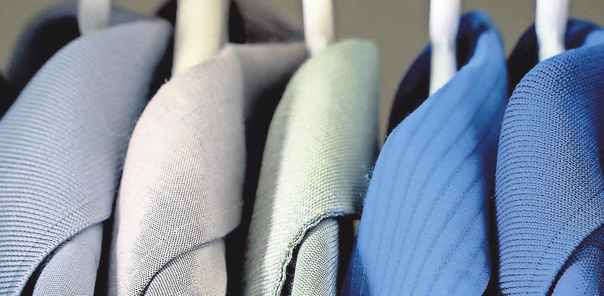 Nach Farben sortiert: Wer seinen Schrank systematisch ordnet, hat mehr Zeit für die passende Auswahl und weniger Stress im Alltag.