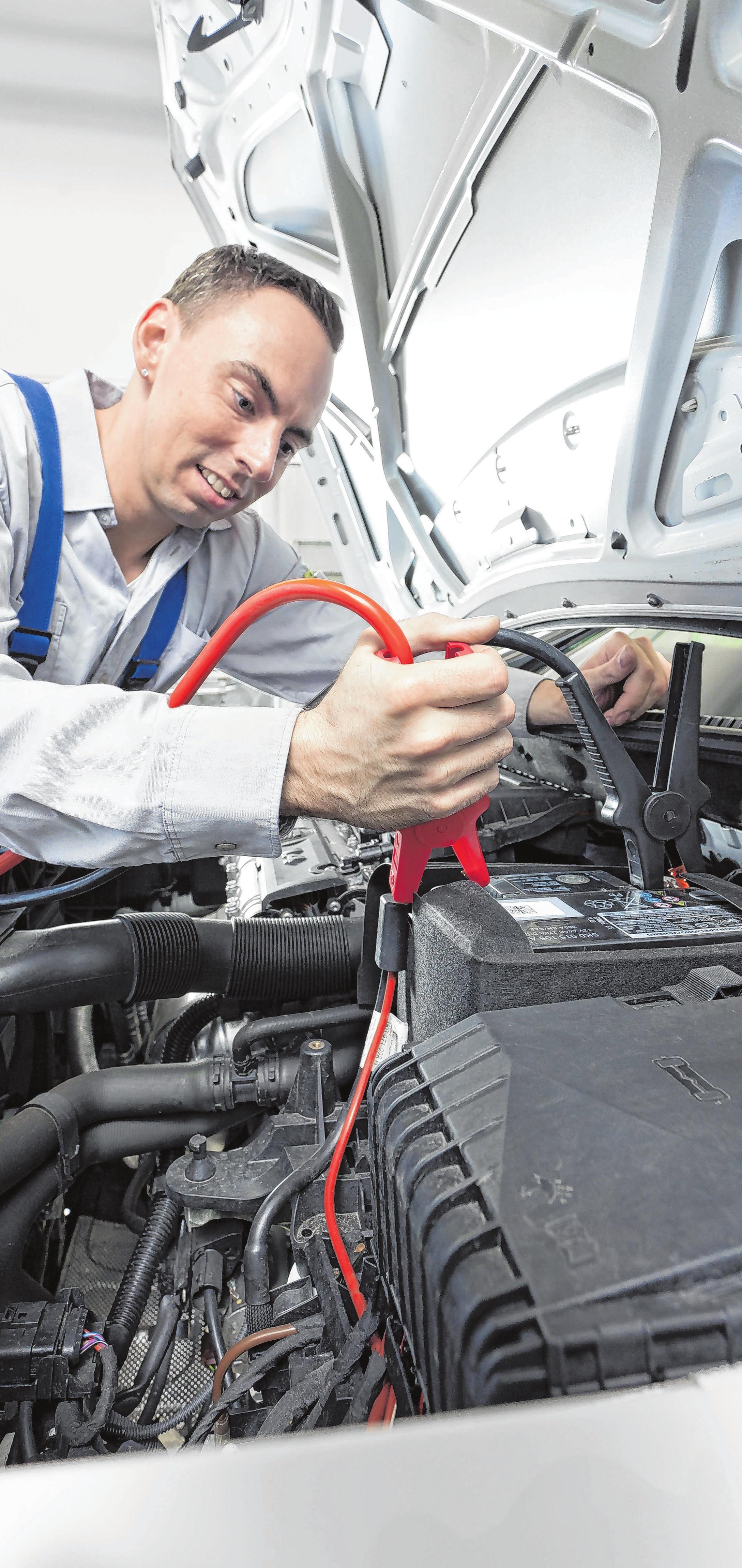 Batterien sind der Pannen-Klassiker in den Wintermonaten. Vor allem elektrische Verbraucher, wie die Sitzheizung, entziehen ihnen den Strom. Foto: promotor/T.Volz