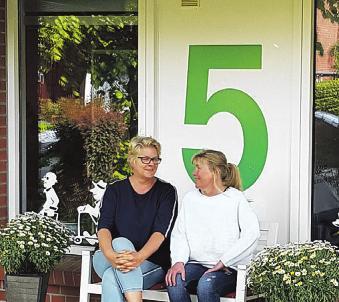 Verena Müller (l.) und Karina Matthes vom Pflegedienst Claussen