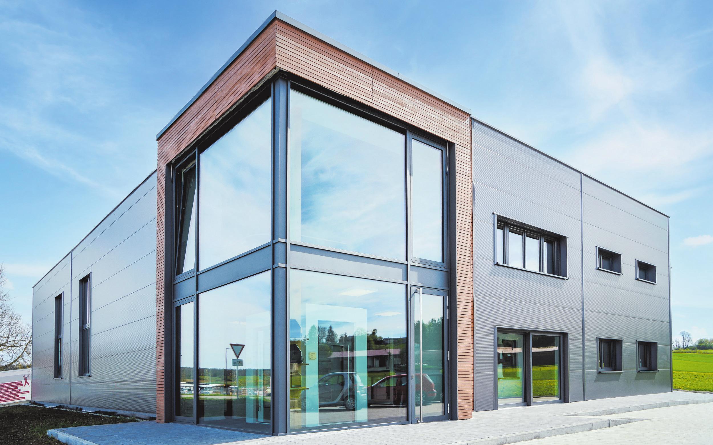 Der Glaserker am vorderen Teil der neuen Halle gibt den Blick auf die Ausstellungsräume der Glaserei im Erdgeschoss frei. Fotos: Natascha Schröm