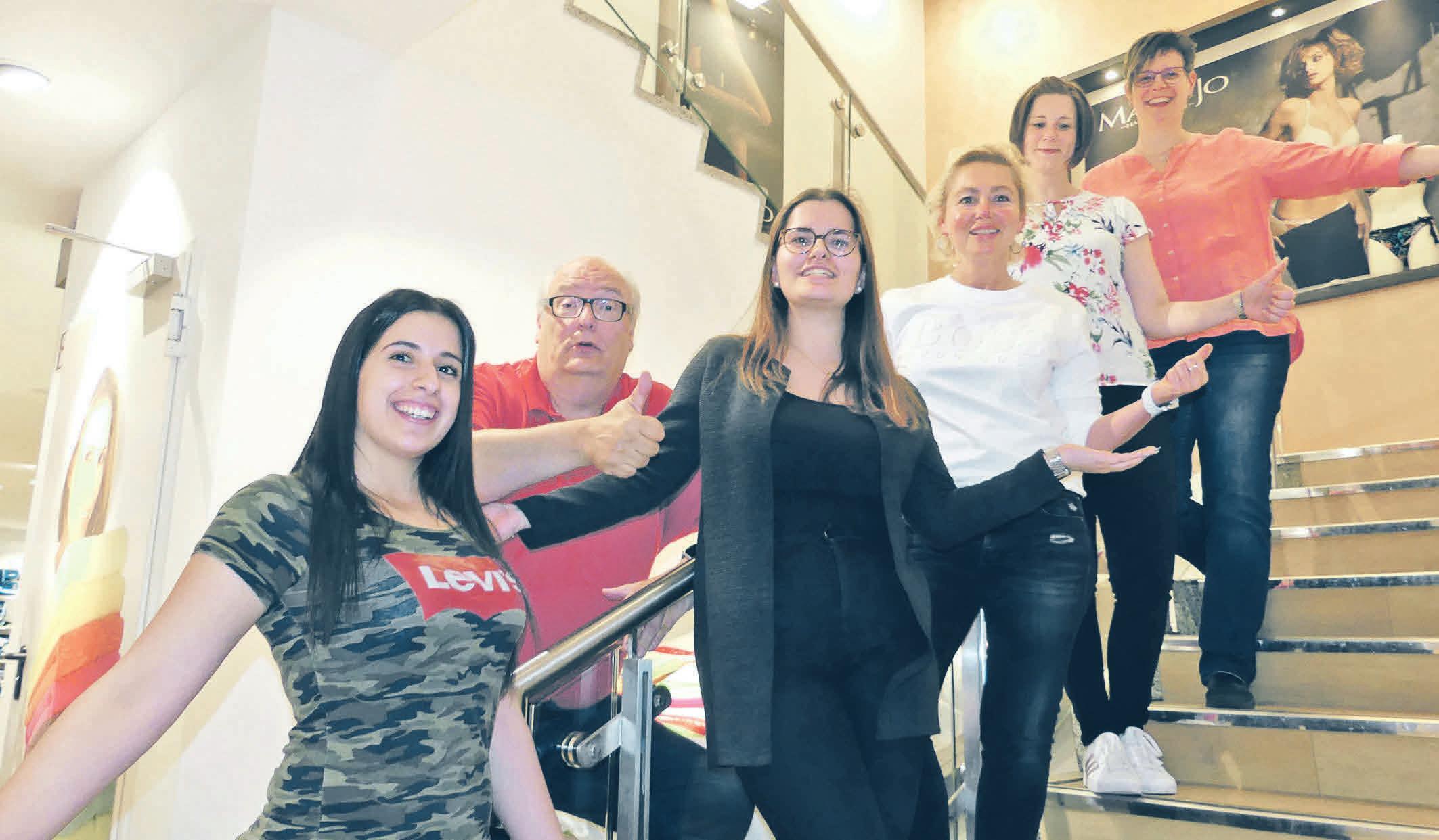 Zählen Schritte für das Hospiz (v. l.): Rima Dagher, Eleonora Restelica, Barbara Lange, Andrea Kluge, Nicole Deeg. Matthias Lange (hinten) drückt die Daumen. Foto: Gesa Walkhoff