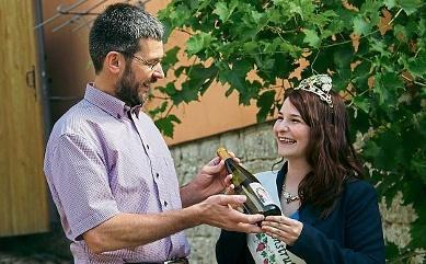 Andreas Clauß – im Foto mit der damaligen Weinkönigin Sandra – hat auch schon den Königinnenwein gestellt. FOTO: KIRSTEN SEYFARTH