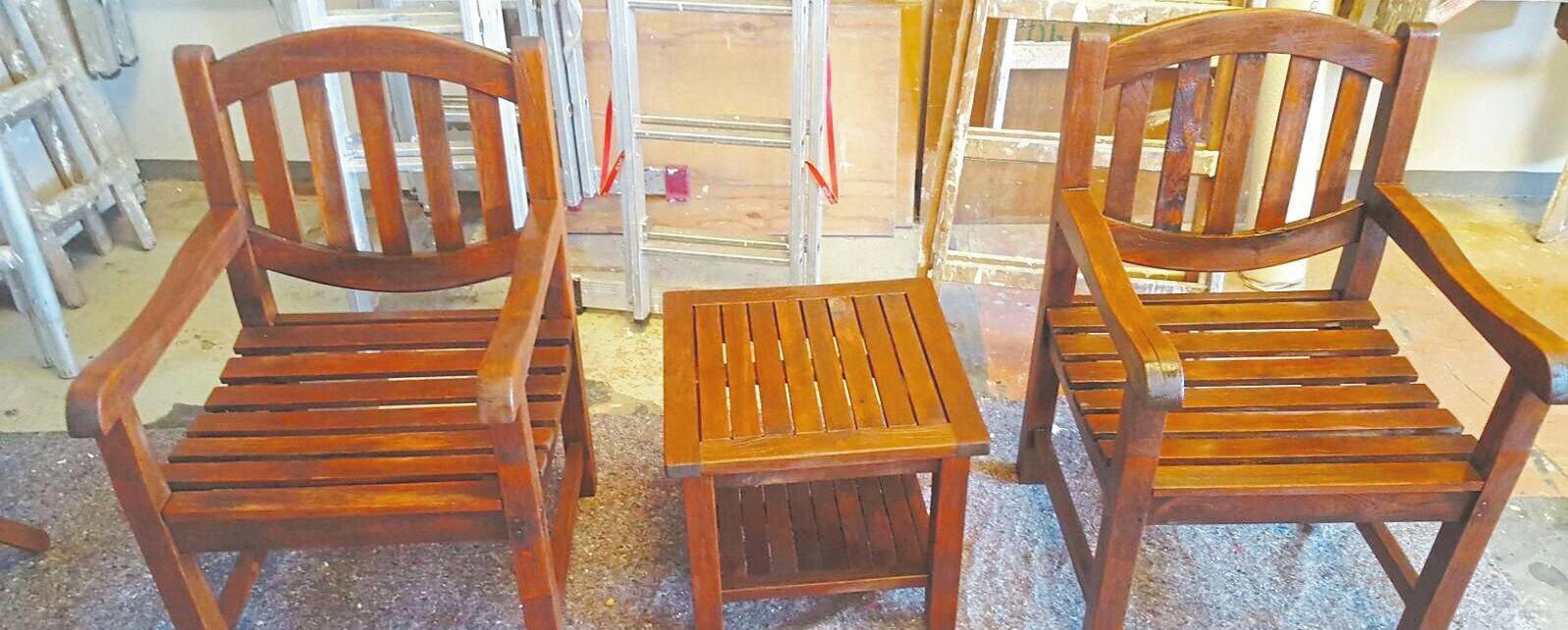 Der Malerbetrieb Pörtzel arbeitet vergraute Gartenmöbel wieder auf.