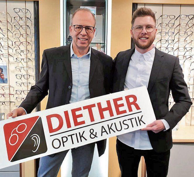 Jürgen Diether mit seinem Sohn Marcel. (Bild links) Unten im Bild ist das gesamte Team zu sehen. Das Geschäft in der Falltorstraße 36 in Mössingen ist am leuchtenden Rot gut zu erkennen. Bilder: Diether Optik & Akustik
