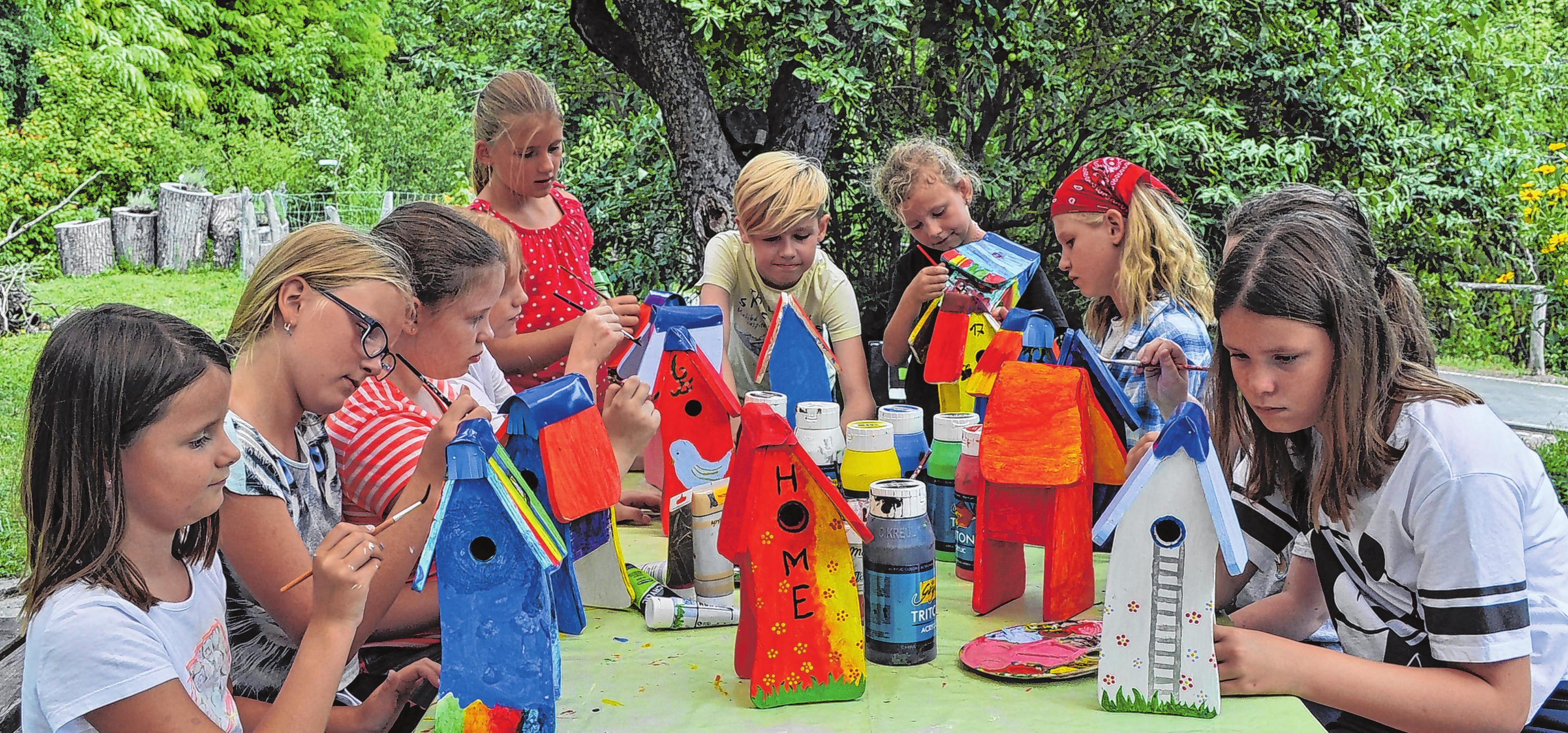 Schöne Ferienzeit im Kinder und Jugendhaus Lebus: Mädchen und Jungen malten ihre selbst gebastelten Vogelhäuser bunt an. Foto: Cornelia Mikat