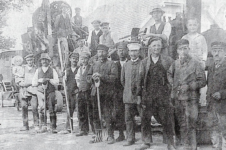 Gruppenbild mit Wilhelm Krause (dr.v.r.) vor der Dampfwalze am Beeskower Ostkreuz von 1939/40