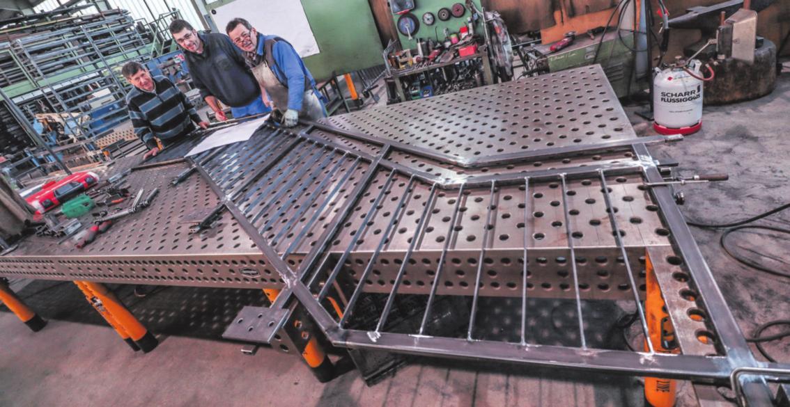 Treppen, Geländer, Sonderkonstruktionen und mehr: Metallbau ist sehr facettenreich, wie Fritz Maier (links) und Markus Maier (Mitte) wissen. Foto: Constantin Fetzer