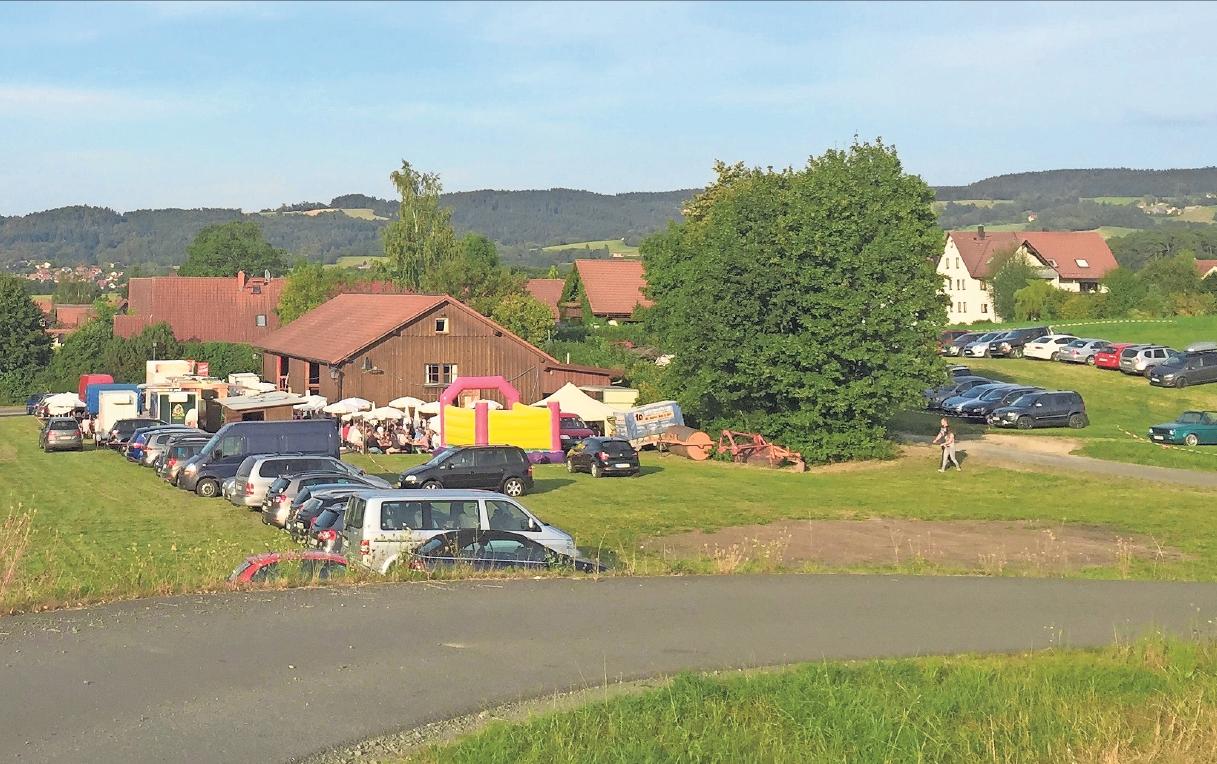 Der Platz rund um die Gemeinschaftshalle in Dressendorf ist Mittelpunkt des Kerwageschehens. Fotos: privat