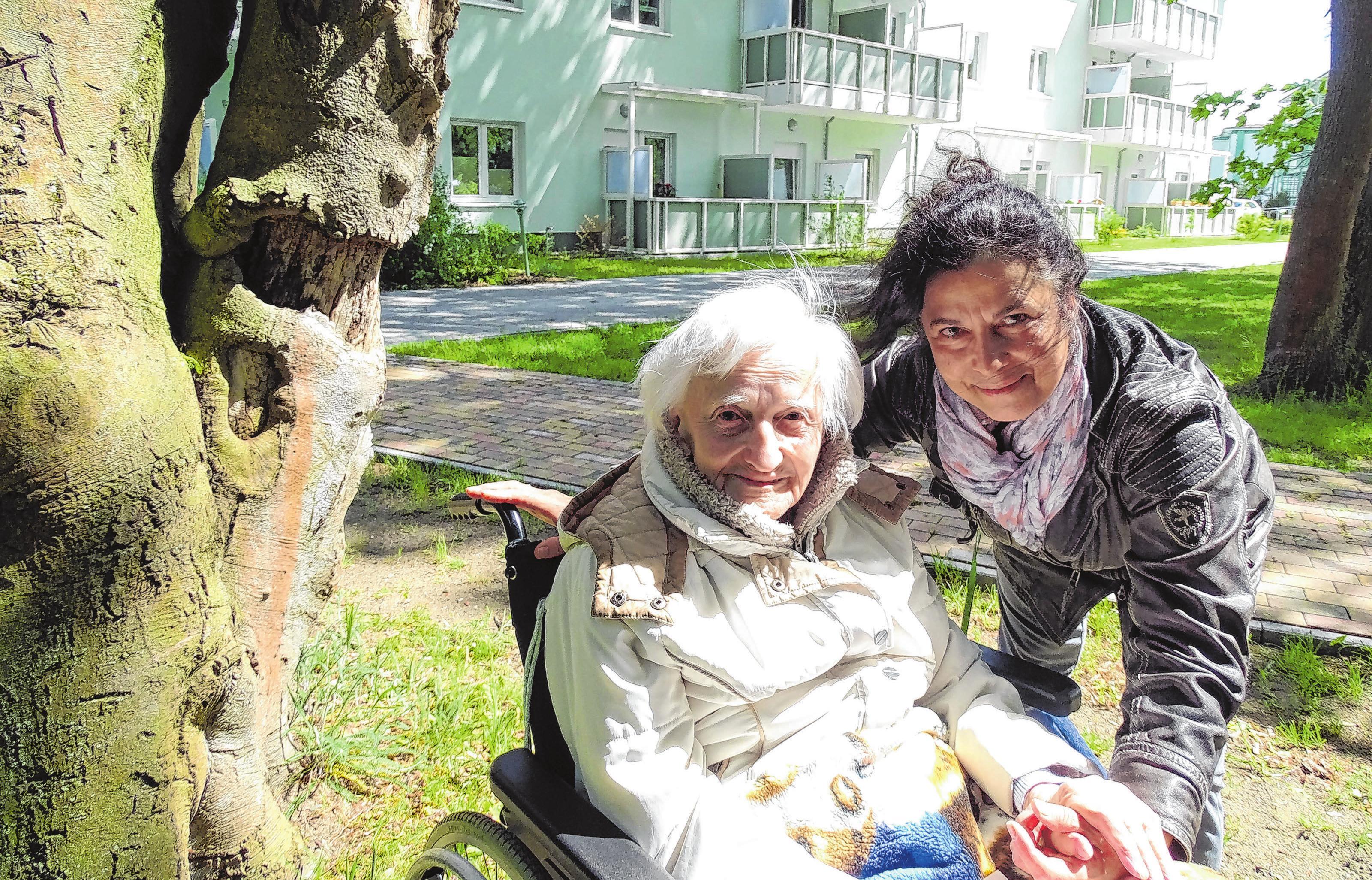 In Müllrose: Alltagsbegleiterin und Betreuungskraft Claudia Van den Brandt (r.) mit Bewohnerin Frieda Waegner Fotos (7): Grit Hamhalter