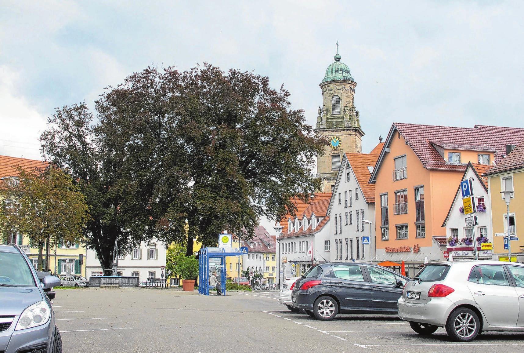 Ein Bild aus der Vergangenheit: der Obertorplatz als asphaltierte Parkfläche für Autos.