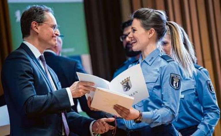 Geschafft: Der Regierende Bürgermeister Michael Müller überreicht im März 2018 frisch ausgebildeten Polizei- und Kriminalkommissaren ihre Ernennungsurkunden. PICTURE ALLIANCE / BERND VON JUTRCZENKA/