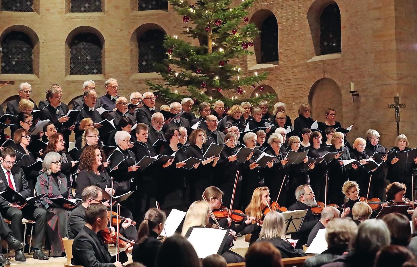 Arbeiten kontinuierlich am gemeinsamen Chorklang: die 80 Sänger und Sängerinnen des Mozartchors.