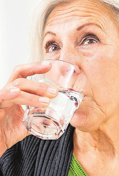 Viel trinken – und im Sommer noch etwas mehr: Wasser und Co. sind bei Hitze überlebenswichtig, gerade für die etwas Älteren.FOTO: CHRISTIN KLOSE/DPA