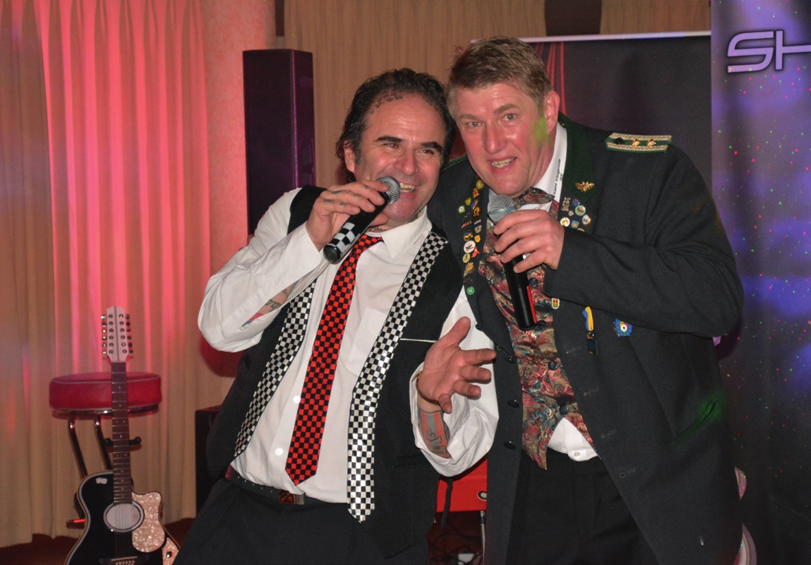Arnd Laskowski singt gemeinsam mit den Bandleader des Shadow-Light-Duos.