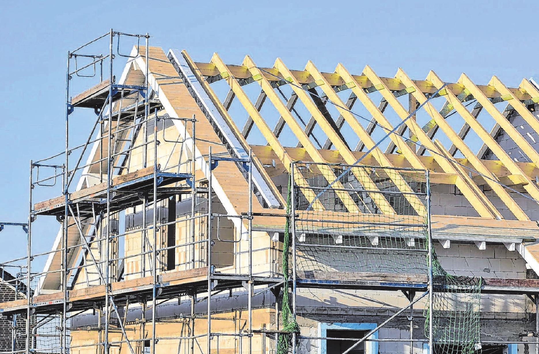 Das Dach dämmen – aber wie? Natürliche Materialien sind nicht immer die ökologisch sinnvolle Lösung, wenn es um Dämmleistung, schlanke Dachaufbauten und Langlebigkeit geht. Foto: djd/Paul Bauder/acilo-Getty Images