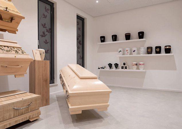 In der Sarg- und Urnenaussstellung kann in Ruhe alles angeschaut und ausgewählt werden.